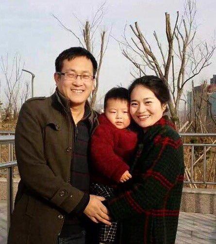 Kinesiski mannarættindasakførarin Wang Quanzhang saman við familjuni. Mynd: Privat.